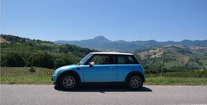 Fly and drive. Auto in den Marche, Italien